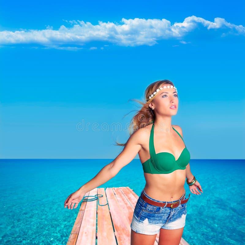 Белокурая сексуальная туристская девушка в тропическом пляже Форментере стоковое изображение