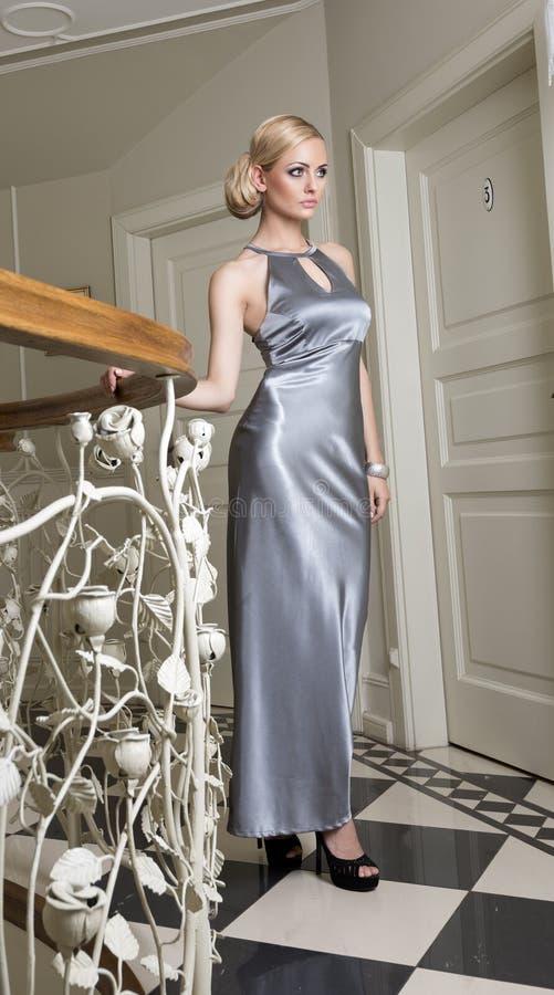 Белокурая элегантная женщина в luxory гостинице стоковая фотография rf