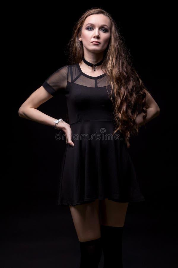 Белокурое платье черноты женщины вкратце стоковое фото rf