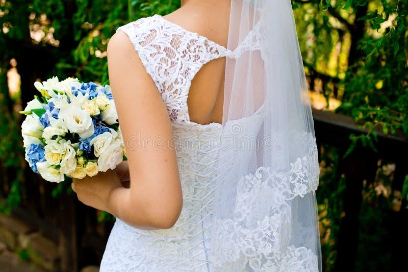 белокурые детеныши венчания платья стоковое изображение