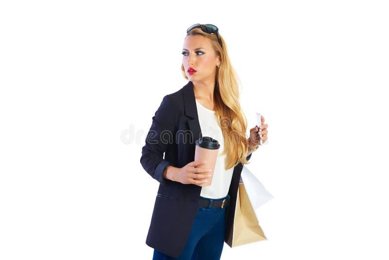 Белокурые shopaholic сумки и smartphone женщины стоковые фотографии rf