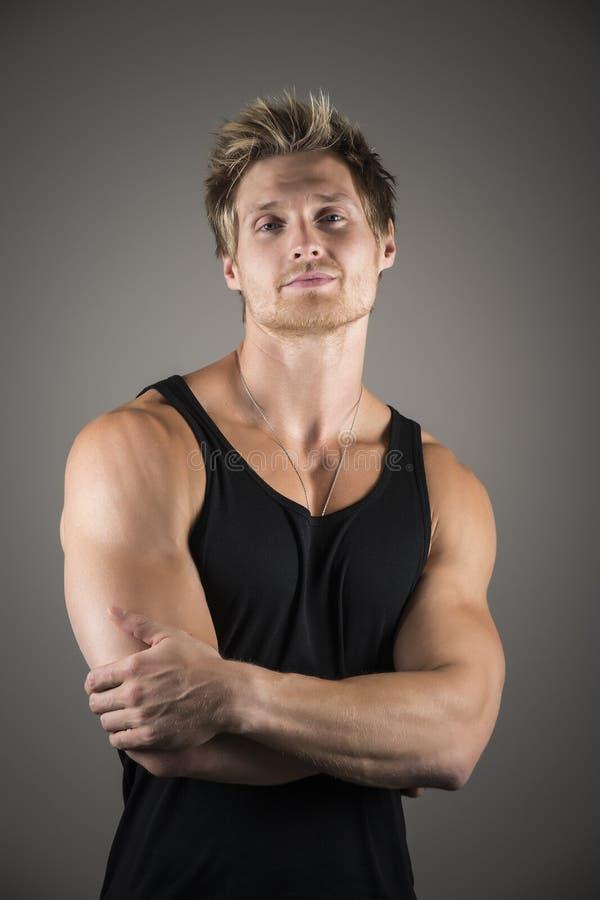 Белокурый красивый человек в черной рубашке стоковые изображения