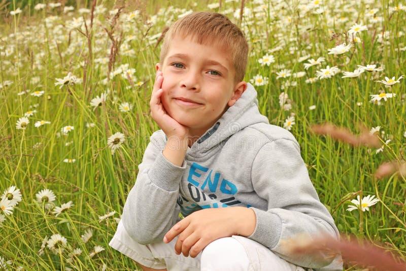 Белокурый немецкий представлять мальчика стоковое изображение rf