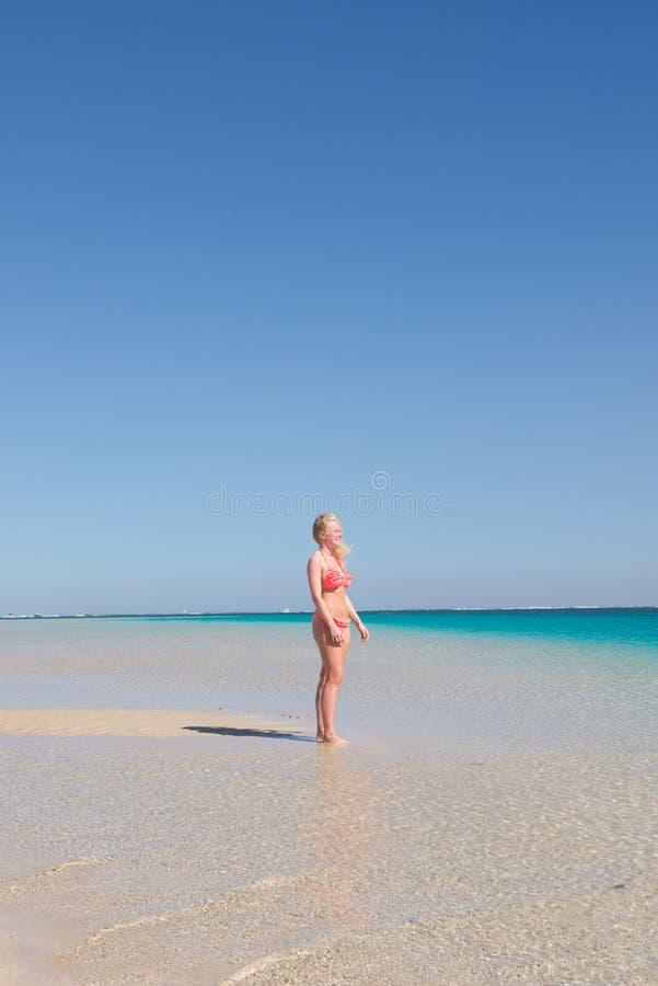 Белокурый пляж рая молодой женщины стоковое изображение rf