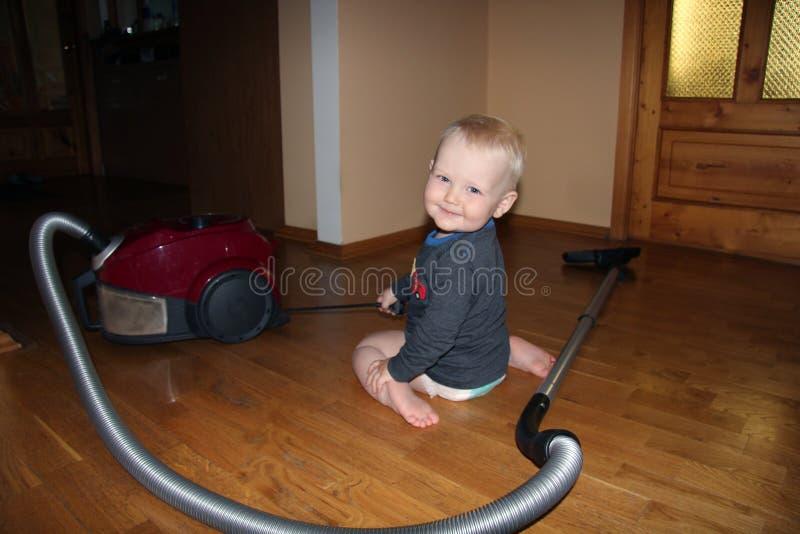 Белокурый ребёнок в доме стоковые изображения rf