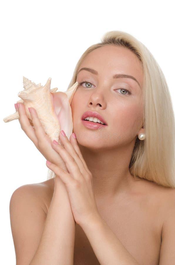 Белокурый с seashell стоковое изображение