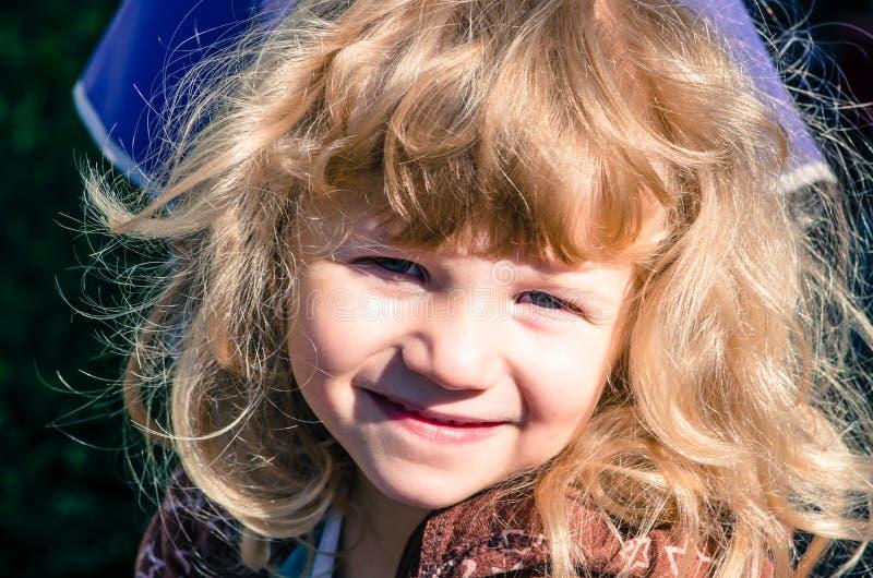 Download белокурый усмехаться девушки Стоковое Изображение - изображение насчитывающей волосы, усмешка: 41661915