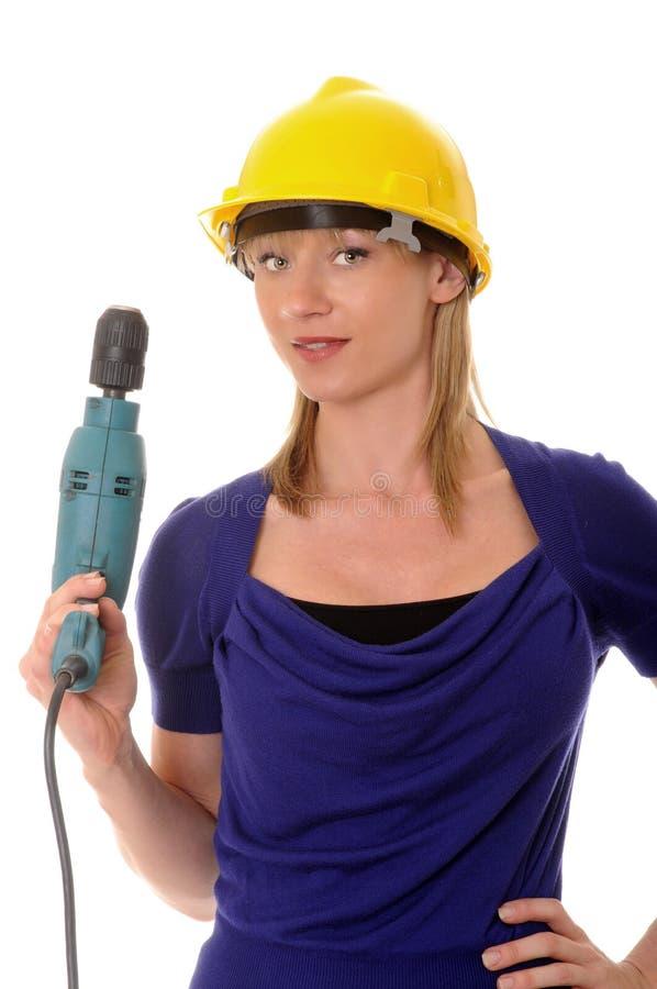 Белокурый электрический сверлильный аппарат девушки стоковые изображения