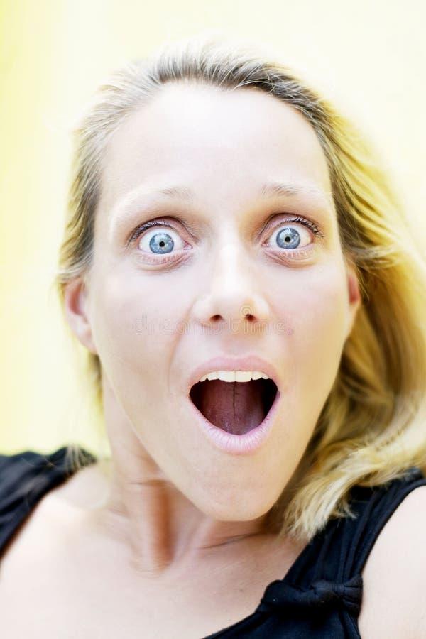 белокурым женщина удивленная портретом стоковое фото