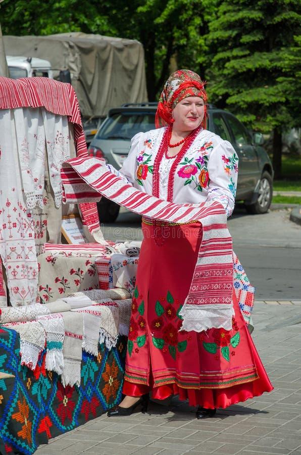 Белорусская женщина в костюме с развернутым полотенцем в руке стоковое изображение rf