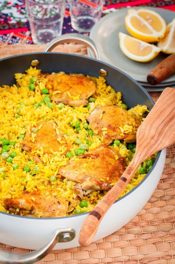 Бедренная кость цыпленка и рис Biryani с зелеными горохами стоковые фото