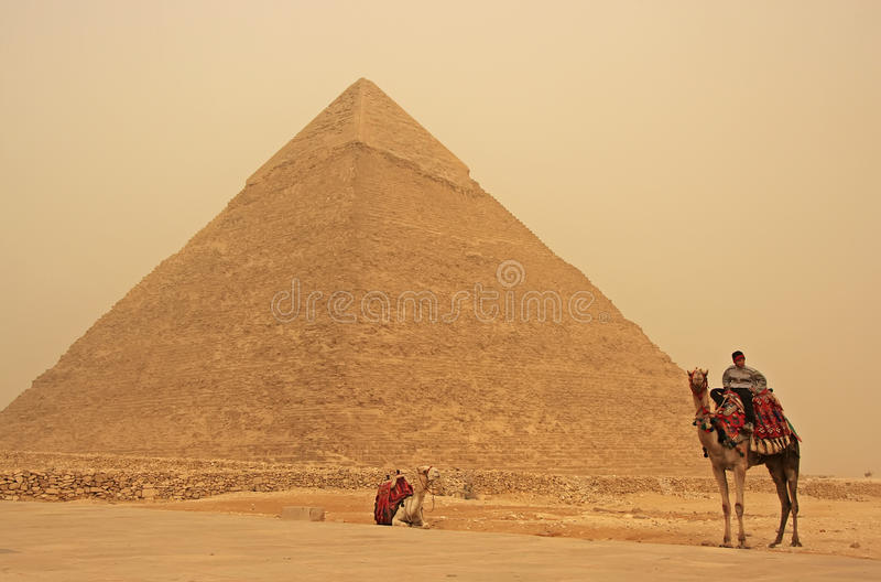 Бедуин на верблюде около пирамидки Khafre в strom песка, Каира стоковое изображение