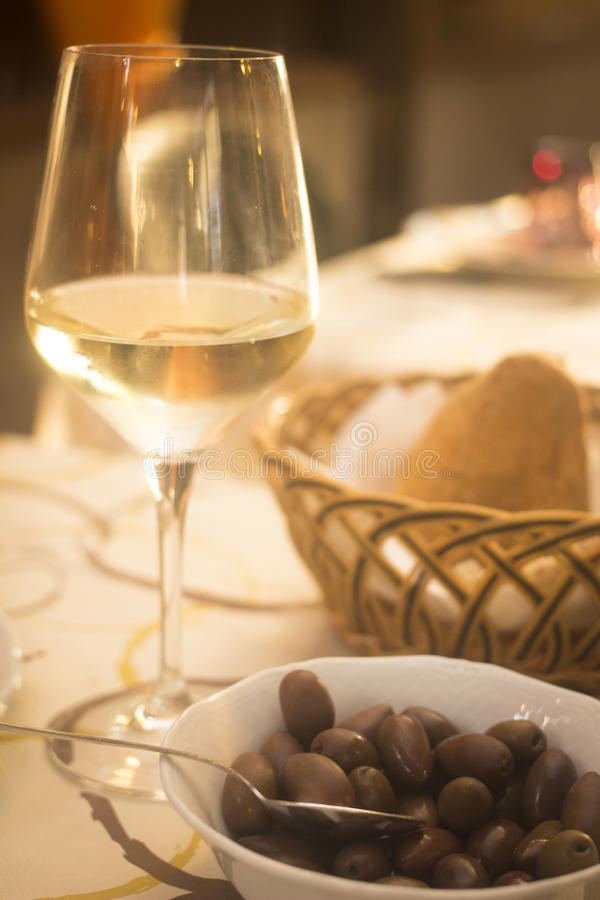 Белые бокал и хлеб в кафе ресторана стоковые фото