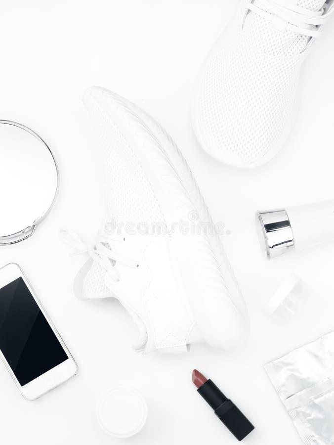 Белые ботинки спорта на белой предпосылке стоковая фотография