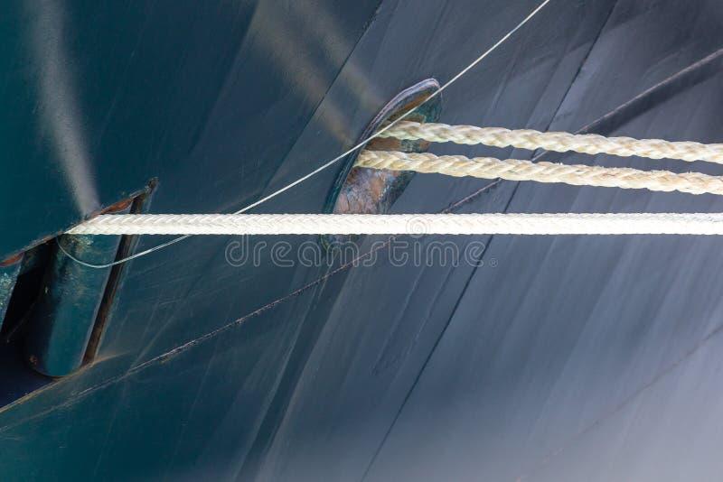 Белые веревочки в голубой корпус корабля стоковая фотография rf