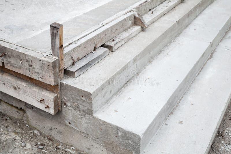 Белые лестницы под конструкцией, конкретные шаги стоковые изображения rf