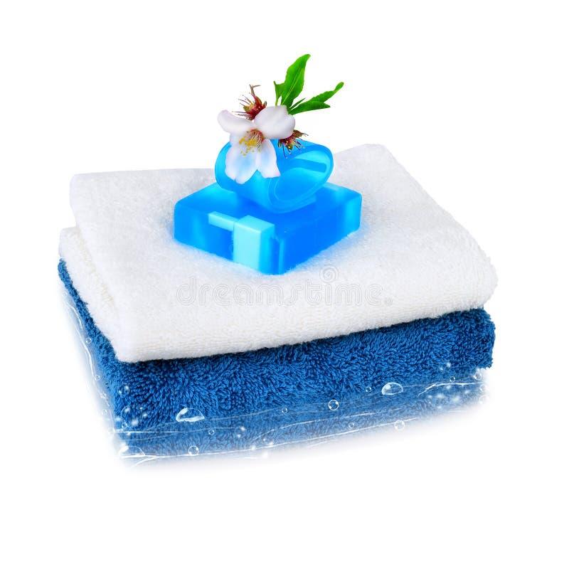 Белые и голубые полотенца с голубым мылом стоковое фото rf