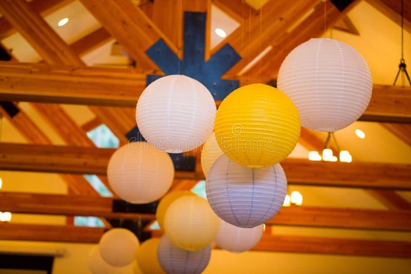 Белые и желтые бумажные фонарики на свадьбе стоковое фото