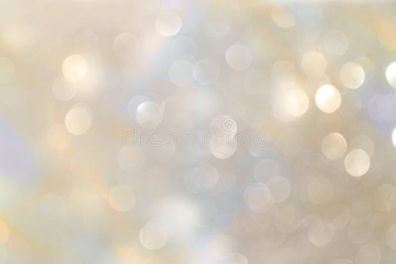 Белые и серебряные абстрактные света bokeh предпосылка defocused стоковые изображения rf