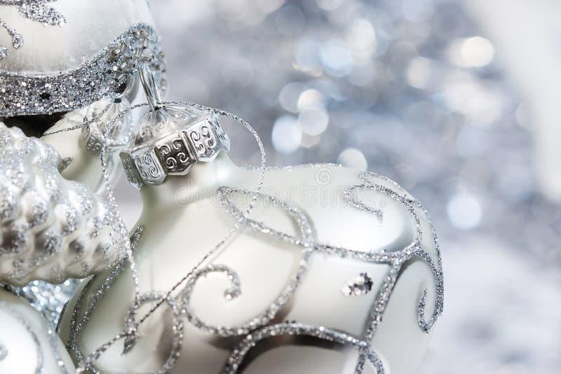 Белые и серебряные орнаменты цвета слоновой кости рождества стоковая фотография