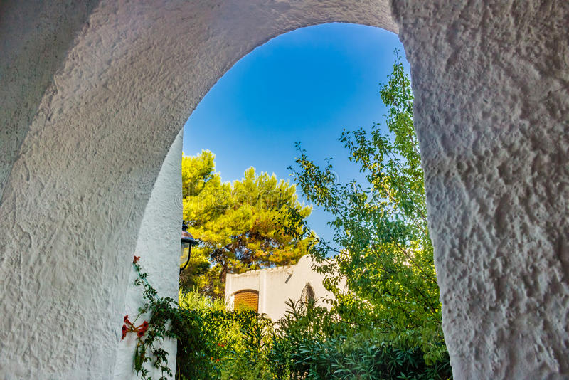 Белые каменные дома с садом стоковые фото