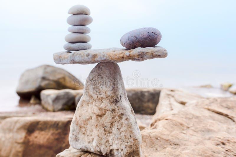 Белые камни на скалистом побережье стоковые изображения