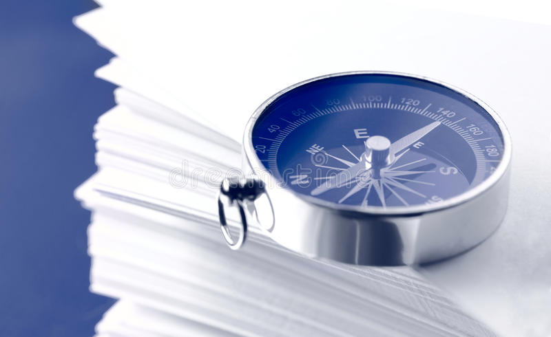 Белые карточки и компас стоковая фотография