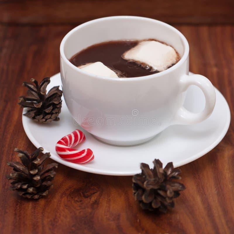Белые кружки с горячим шоколадом, зефирами и конфетой рождества стоковая фотография rf