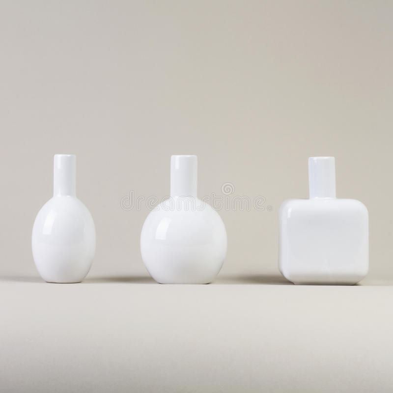 Белые малые вазы на серой предпосылке стоковая фотография rf