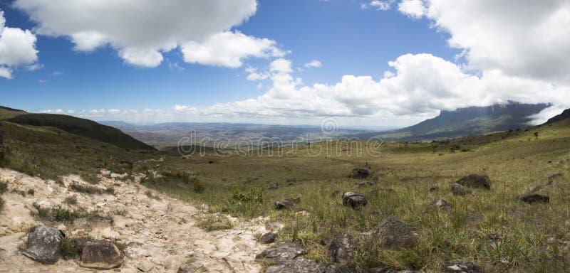 Белые облака над горами с ясным голубым небом стоковые изображения rf