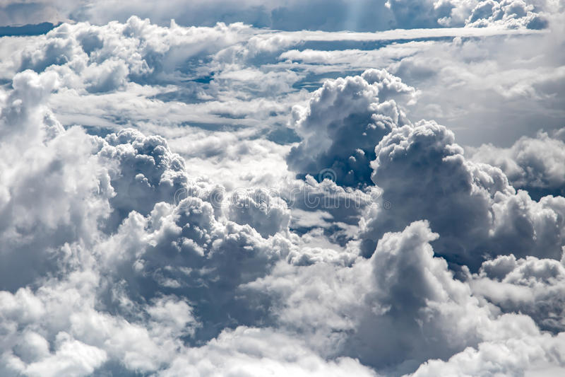 Белые облака, осматривают сверху окно самолета воздуха стоковое изображение
