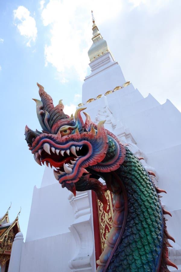 Белые пагода и статуя Naga стоковая фотография