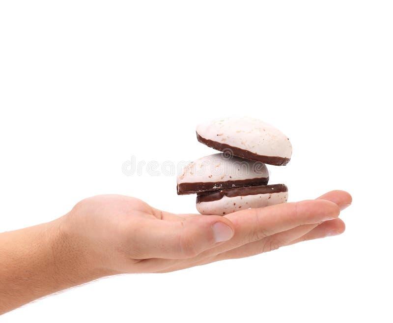 Белые печенья поцелуя с шоколадом в руке. стоковые фотографии rf