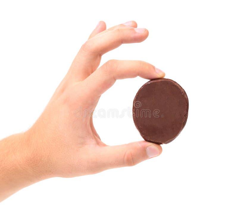 Белые печенья поцелуя с шоколадом в руке. стоковые изображения