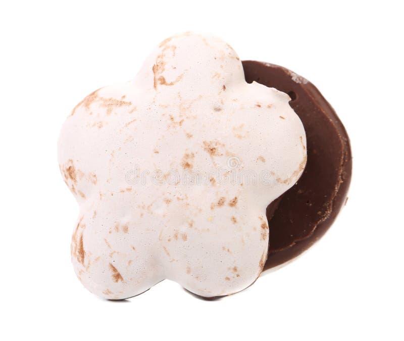 Белые печенья поцелуя с шоколадом. стоковая фотография rf