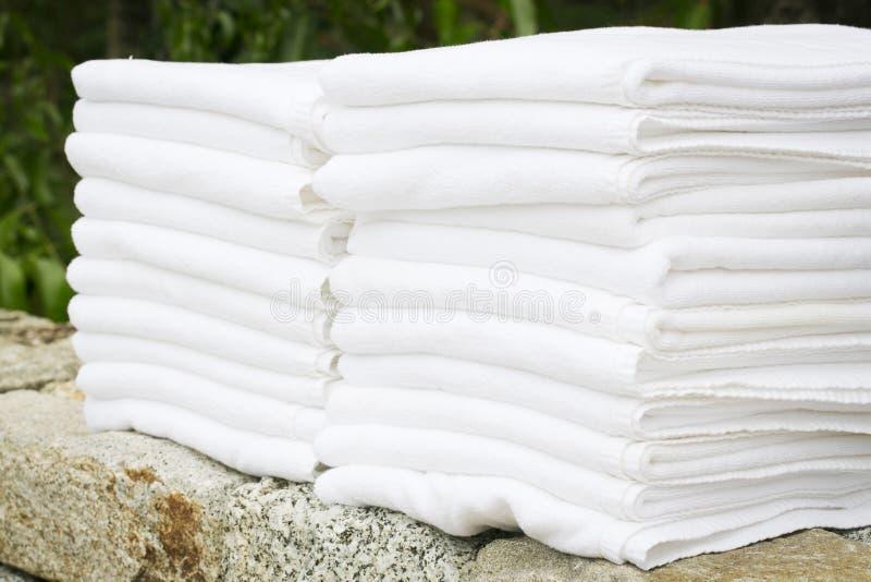Белые полотенца спы стоковые изображения rf