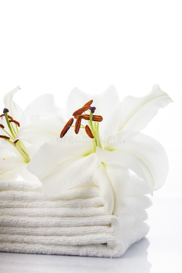 Белые полотенца спы стоковое фото