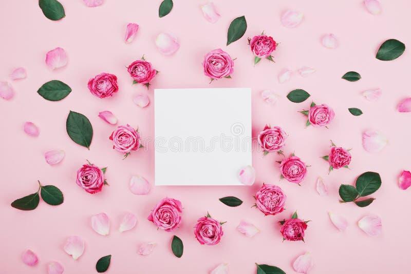 Белые пробел рамки, цветки розы пинка и лепестки для курорта или модель-макета свадьбы на пастельном взгляд сверху предпосылки кр стоковые фото