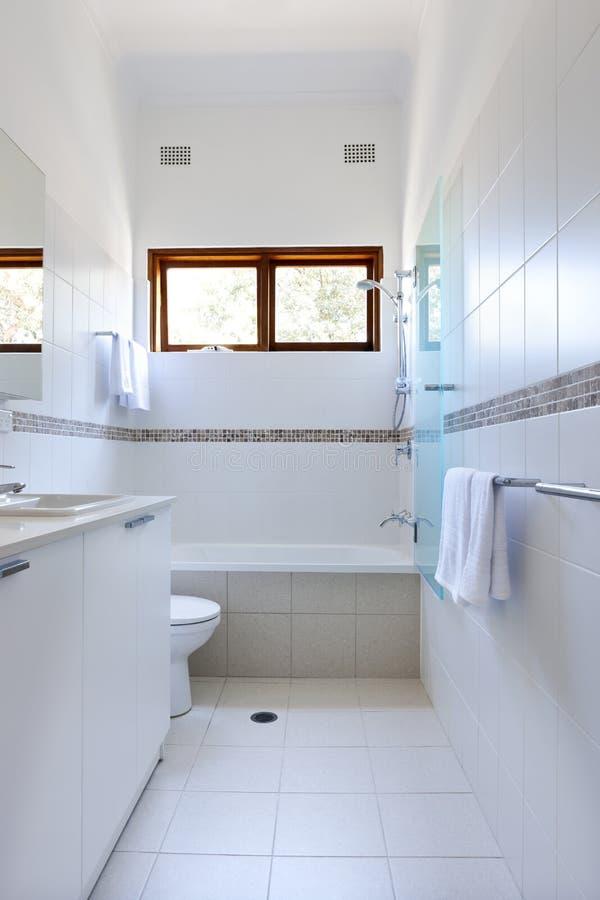 Белые плитки ванной комнаты стоковая фотография