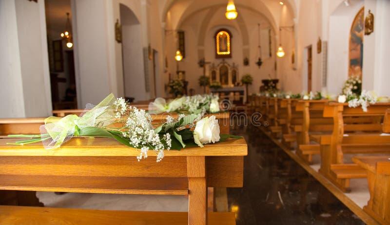 Белые розы в церков стоковые изображения rf