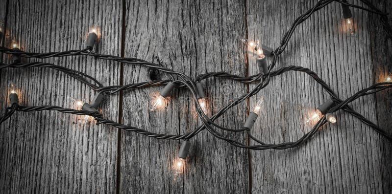 Белые света рождественской елки на деревенской деревянной предпосылке стоковые фото