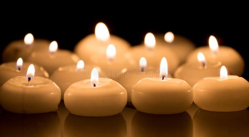 Белые свечи на черной отражая предпосылке стоковая фотография rf