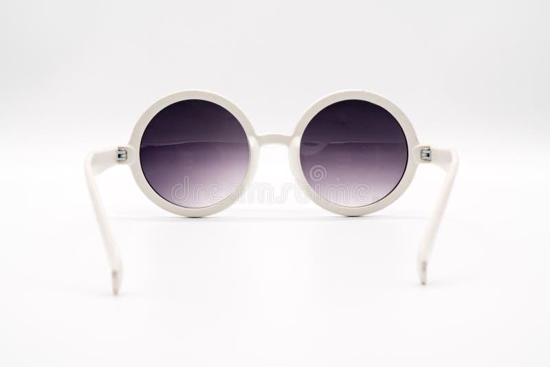 Белые слишком большие пластичные солнечные очки стоковые фотографии rf