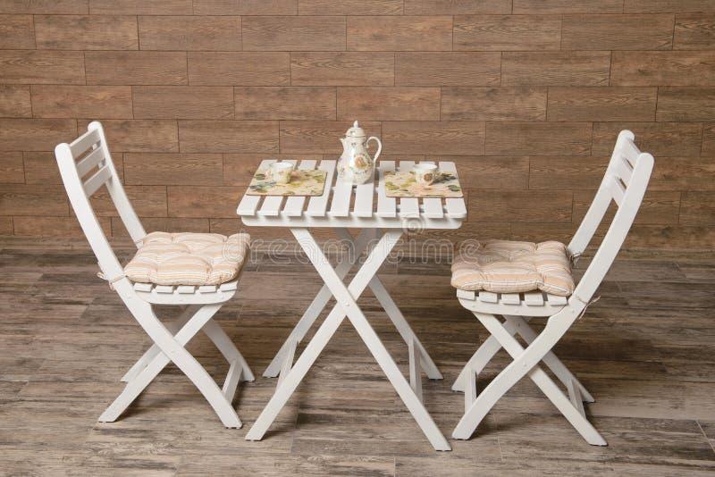 Белые таблица и стулы стоковое фото