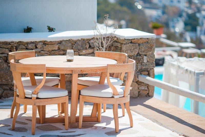 Белые таблицы с стульями на лете опорожняют под открытым небом кафе в роскошной гостинице стоковые фотографии rf