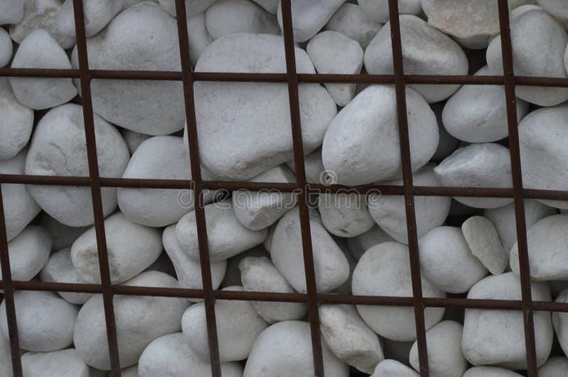 Белые утесы украшения за железной загородкой стоковая фотография rf