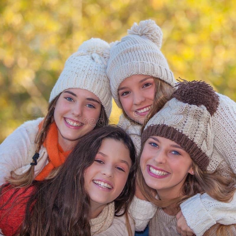 Белые улыбки в осени стоковые изображения