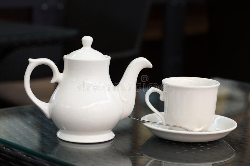 Белые чайник и чашка стоковое фото rf