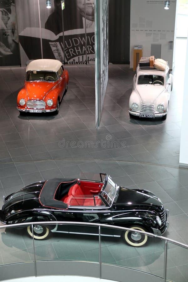 Белые черные и оранжевые винтажные автомобили Audi стоковые изображения