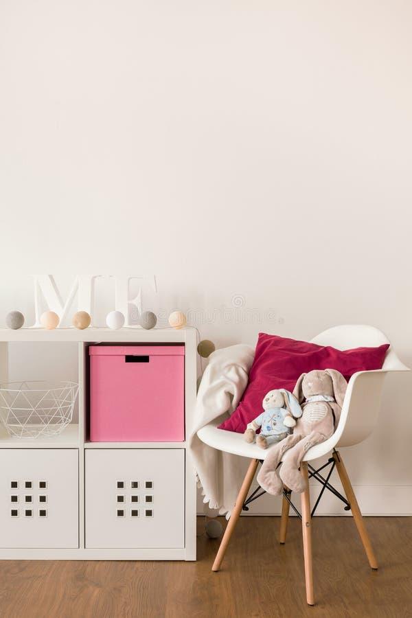 Белые шкаф и стул стоковые изображения rf